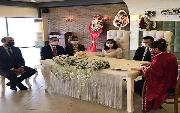2021/01/canakkale-valisi-aktas-bozcaada-kaymakami-bahar-kayanin-nikah-sahidi-oldu-8cdac504a6c9-1.jpg