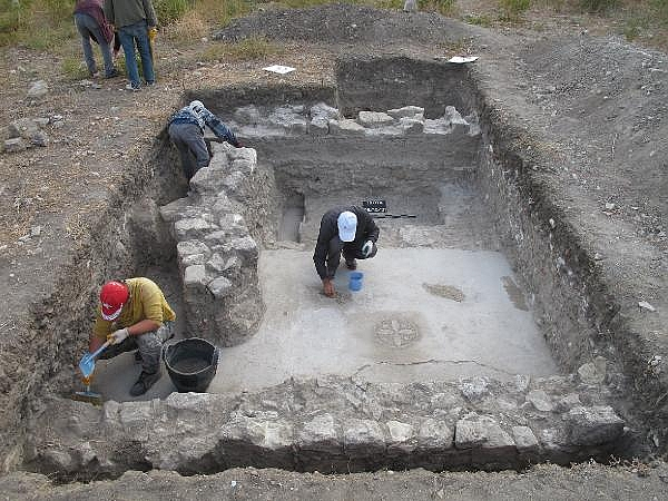 2021/10/troya-oren-yerinde-helenistik-ve-roma-donemine-ait-mozaik-bulundu-bf480b435bf4-5.jpg