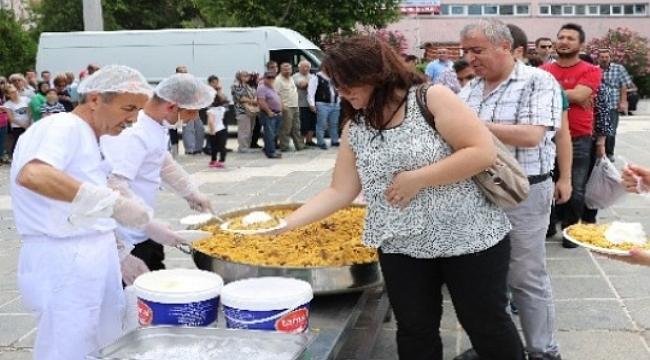 AK Parti İl Başkanlığı Cumhuriyet Meydanı'nda 5 Bin Kişiye Pilav İkramında Bulundu