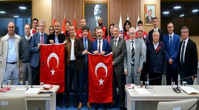 Çanakkale Gençlik ve Spor İl Müdürlüğü, Senato Üyelerine Türk Bayrağı takdim etti