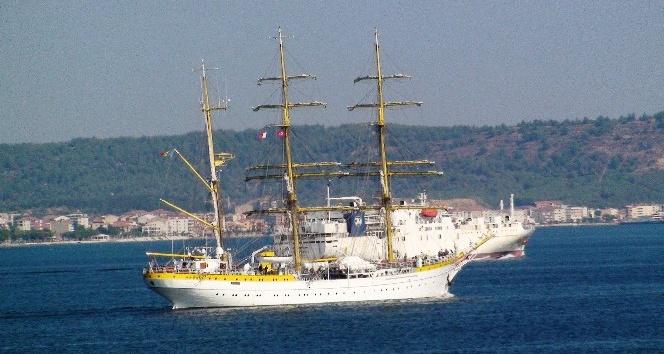 Romanya okul gemisi Çanakkale Boğazı'ndan geçti