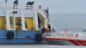 Çanakkale'de denizde oluşan kum adasına oturan feribot kurtarıldı