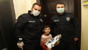 Polis amcaları İlker'in oyuncak araba isteğini karşıladı