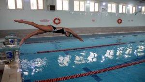 Su korkusunu yenmek için başladığı yüzmede milli takım sporcusu oldu